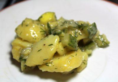 kartoffelsalat mit grüner gurke und dill